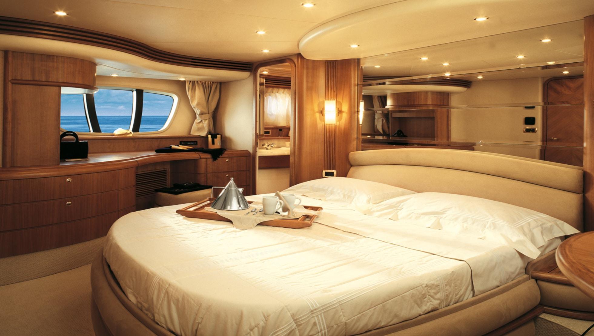 Large master cabin
