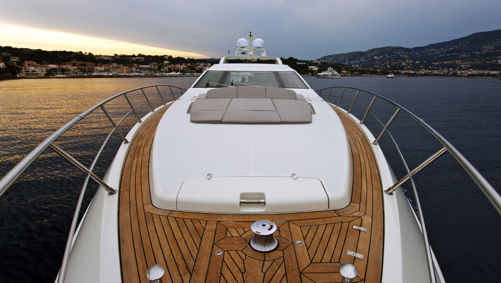 Foredeck with sun pads