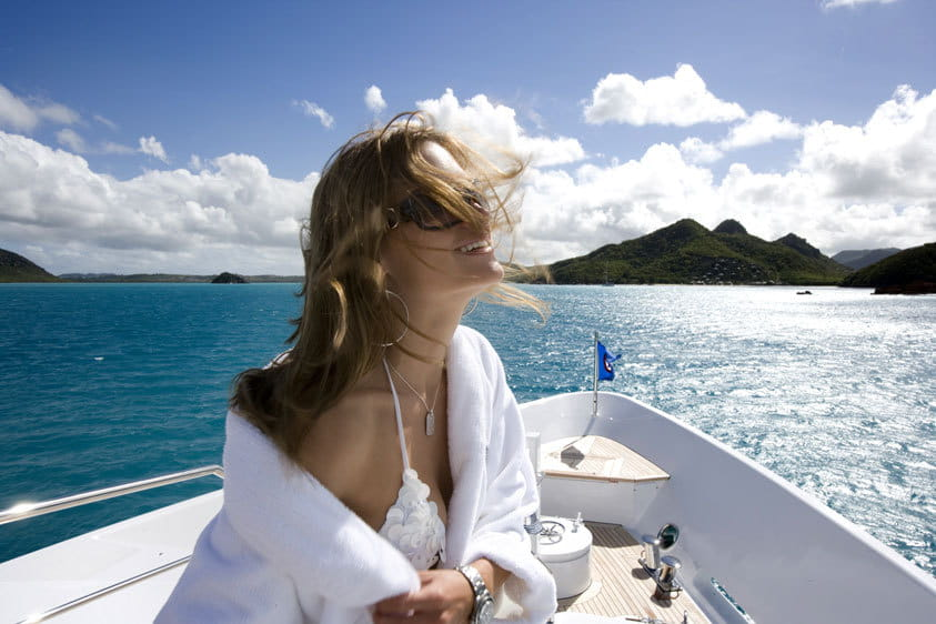 I want to travel aboard a yacht: should I buy or charter one ?